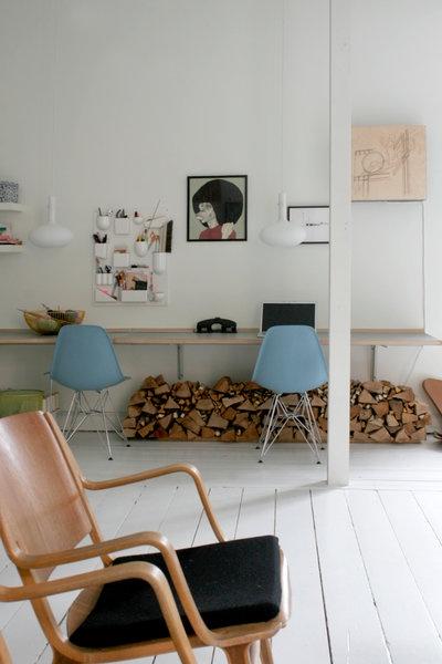 kontor-i-stuen-work-bolig-indretning-interioer-hjemmekontor-hvidt-hvid-eames