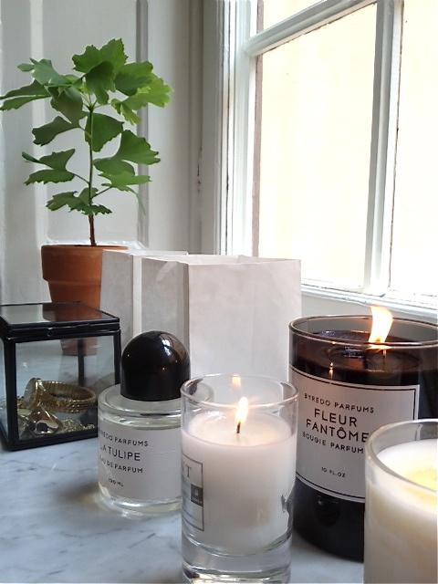 stilleben-indretning-bolig-boligstylist-levende-lys-vindueskarm