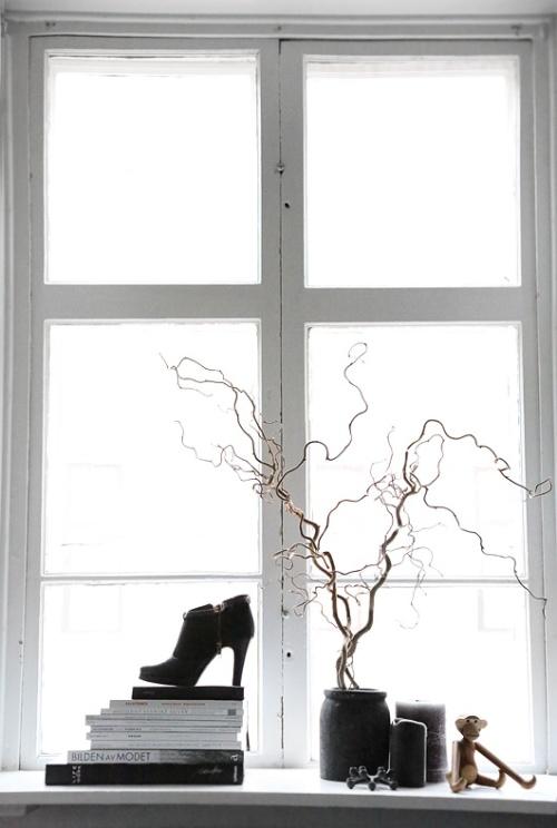 stilleben-indretning-bolig-boligstylist-sort-hvid-vindueskarm
