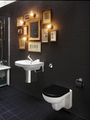 ... badeværelse med mini galleri. Skønt rum, selv toiletpapiret er sort